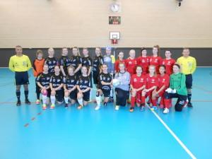 Ensimmäisen naisten divariottelun pelaajat ja tuomaristo Seinäjoen urheilutalolla 8.11.2014 klo 11.00